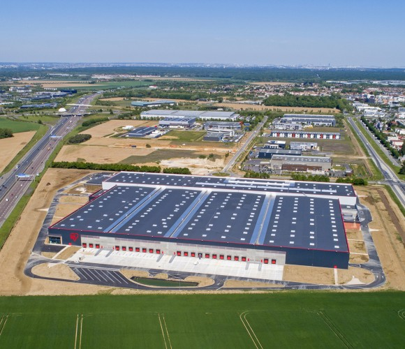 Jeudi 13 juin, Akihiro Ohyama, Président du groupe japonais IRIS OHYAMA, Kentaro Ohyama, Président du Conseil d'administration du groupe IRIS OHYAMA, et Yasushi Oyama, Directeur général d'IRIS OHYAMA France, inaugurent la nouvelle usine du groupe à Lieusa