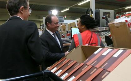 Le Président François Hollande inaugure l'entrepôt Sarenza à Réau